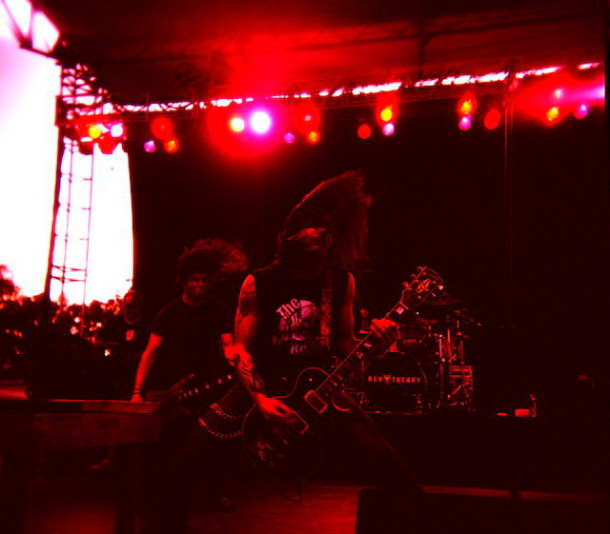 Rev-Theory-live-Hell-Yeah-concert